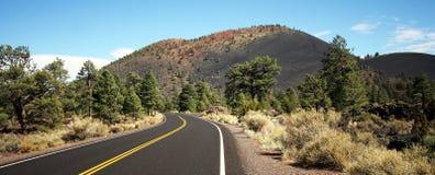 Une route au volcan de cratère de coucher du soleil photographie stock libre de droits