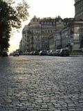 Une route classique de pavé rond et de vieux bâtiments dans Kyiv, la capitale de l'Ukraine Image stock