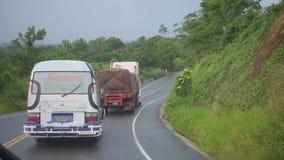 Une route dans les montagnes par temps pluvieux et nuageux banque de vidéos