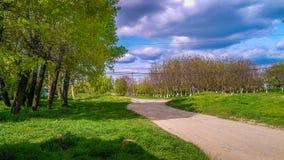 Une route dans un petit village (R Moldau) photographie stock