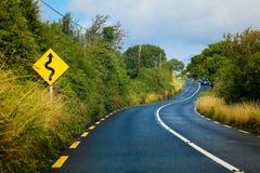 Une route de campagne d'enroulement Image stock