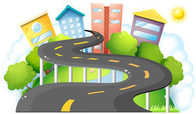 Une route de courbe allant à la ville avec de hauts bâtiments Photo libre de droits