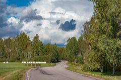 Une route et un ciel nuageux dans les storfors Suède Images libres de droits