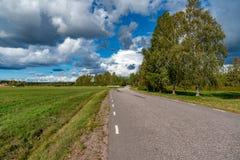 Une route et un ciel nuageux dans les storfors Suède Photo stock