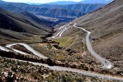 Une route incurvée dans les montagnes Photos stock