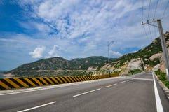 Une route isolée sous le ciel bleu Photos stock