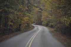 Une route moins s'est déplacée photos libres de droits