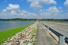 Une route par le réservoir inférieur de Seletar Photo stock