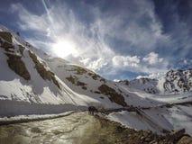 Une route passée par une montagne de neige Photo libre de droits
