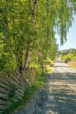 Une route rurale vers le haut comme concept des buts, de l'aventure, de la vision ou du voyage photographie stock libre de droits