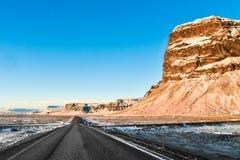 Une route typique longue et droite dans le duri vu parIslande du sud photo stock