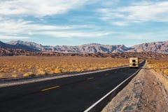 Une route va en parc national de Death Valley, la Californie, Etats-Unis Motorhome sur la route images stock