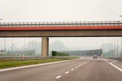 Une route vide avec des barrières d'énergie images libres de droits