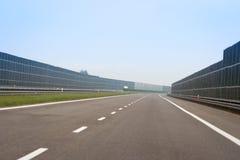 Une route vide avec des barrières d'énergie image stock