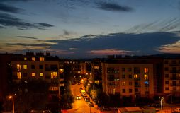Une route vide de nuit dans une grande ville Carrefours avec les feux et la signalisation de signalisation Photographie stock