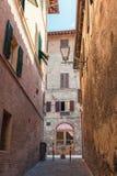 Une rue étroite à Sienne, Italie Photo libre de droits