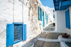 Une rue étroite dans une vieille ville verte Photos libres de droits