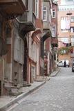 Une rue avec le pavé rond images stock