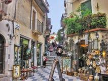 Une rue colorée dans la ville médiévale de Taormina photographie stock