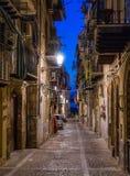 Une rue confortable dans le ¹ de Cefalà le soir La Sicile, Italie du sud photographie stock