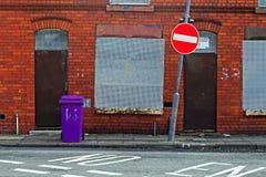 Une rue d'embarquer vers le haut des maisons abandonnées Photographie stock libre de droits