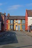 Une rue d'embarquer vers le haut des maisons abandonnées Image libre de droits