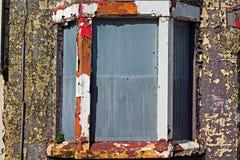 Une rue d'embarquer vers le haut des maisons abandonnées Photographie stock