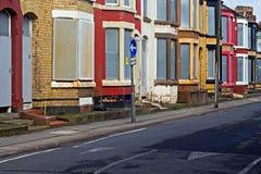Une rue d'embarquer vers le haut des maisons abandonnées Images libres de droits