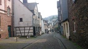 Une rue dans la station touristique de Monschau Images libres de droits