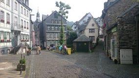 Une rue dans la station touristique de Monschau Photographie stock