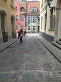 Une rue dans la vieille ville à Riga Lettonie Photos stock