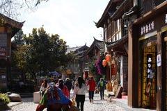 Une rue dans le village de Shu-lui dans Lijiang, Yunnan, Chine photo stock