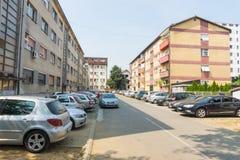 Une rue dans une zone résidentielle de la ville de Leskovac, Serbie Image libre de droits