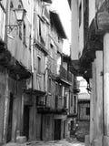 Une rue de La Alberca, village espagnol en noir et blanc photo stock