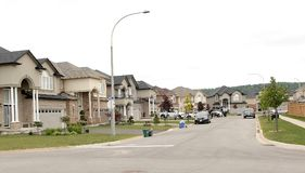 Une rue de nouvelles belles grandes maisons dans une nouvelle banlieue Photo stock