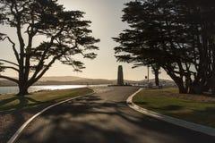 Une rue et le monument de fond avec des arbres Photos libres de droits