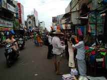 Une rue passante dans Pondicherry, Inde du sud image libre de droits