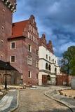 Une rue pavée en cailloutis, une porte et un château royal reconstruit image libre de droits