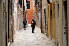 Une rue résidentielle dans le quart de Castello de Venise photos stock