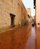 Une rue toscane sous la pluie images stock