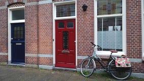 Une rue typique à Alkmaar - l'entrée principale à côté du vélo photographie stock libre de droits