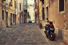 Une rue typique de la vieille ville de Piran, Slovénie L'Europe, teintée image stock