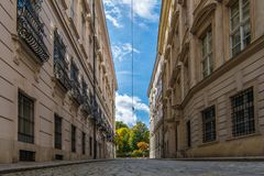Une rue viennoise pavée en cailloutis près à l'université, avec les clo blancs photos libres de droits