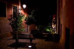 Une ruelle avec un banc et des arbres photo stock