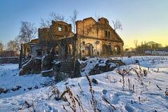 Une ruine mystérieuse d'un vieux bâtiment résidentiel, terrifiant et sinistre photographie stock
