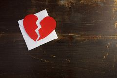 Une rupture vers le haut de lettre d'enveloppe de valentine avec un coeur rouge cassé images libres de droits