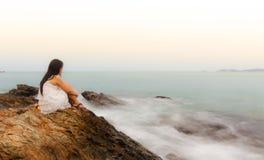 Une séance triste et déprimée de femme photographie stock