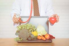 Une sélection des légumes frais pour une alimentation saine de coeur Photographie stock