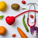 Une sélection des légumes frais pour une alimentation saine de coeur comme recommandé par des médecins Images libres de droits