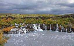 Une série de cascades de Hraunfossar en Islande Images libres de droits